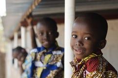 Hoppas för afrikanska barn - härliga pojkar och flickor utomhus Royaltyfria Foton