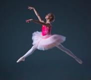 Hoppet av den härliga kvinnliga balettdansören royaltyfri bild