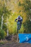Hoppet skidar racerbilen på mountainbiket Royaltyfri Fotografi