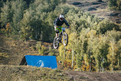 Hoppet skidar racerbilen på mountainbiket i störtlopp Royaltyfri Foto