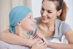 Hoppfull cancerkvinna med vännen Royaltyfri Fotografi