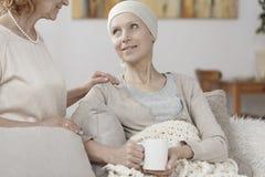 Hoppfullt kvinnalidande från cancer arkivbild