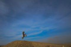 Hoppmotorcyklist, motocross royaltyfria foton