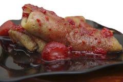 Hoprullade pannkakor fyllde vid keso- och jordgubbedriftstoppnolla Arkivfoto