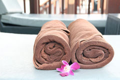 Brun handduk på sunloungerstol Royaltyfri Foto