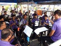 Hopsamlingar för en marschmusikband tillsammans som övar Arkivfoton