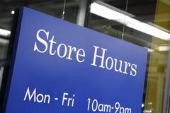 Horário da loja do sinal Fotos de Stock Royalty Free