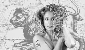 Horóscopo, Leo Zodiac Sign Leão bonito da mulher no mapa do zodíaco fotos de stock