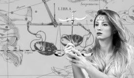 Horóscopo, sinal do zodíaco da Libra Libra bonita da mulher no mapa do zodíaco fotografia de stock royalty free