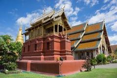 Hor tumarkitektur i Wat Phra Thad Hariphunchai den offentliga templet royaltyfria foton