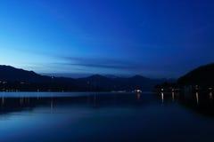 Hora azul de Orta del lago con la isla San Julio Fotografía de archivo