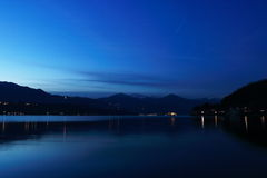 Hora azul de Orta do lago com ilha San Giulio Fotografia de Stock