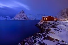 Hora azul em Hamnoy, arquipélago de Lofoten, Noruega no tempo de inverno, reflexão da água em Hamnoy imagens de stock royalty free