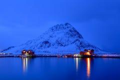 Hora azul em Reine, arquipélago de Lofoten, Noruega no tempo de inverno, reflexão da água em Hamnoy imagens de stock royalty free
