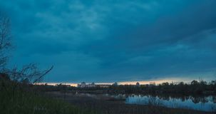 Hora azul en el río almacen de video