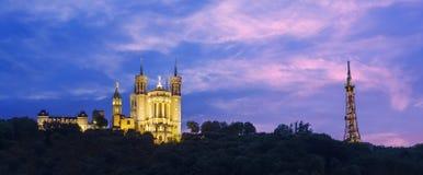 Hora azul en la catedral Fourviere a la ciudad de Lyon Fotografía de archivo libre de regalías