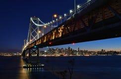 Hora azul en la ciudad, debajo del puente de la bahía Fotografía de archivo libre de regalías