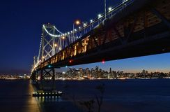 Hora azul na cidade, sob a ponte da baía Fotografia de Stock Royalty Free