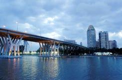 Hora azul por el río Imagen de archivo libre de regalías