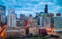 Hora azul que iguala paisaje urbano en el lazo del oeste de Chicago, los E.E.U.U. Exposición larga, arquitectura de Nightscape fotos de archivo libres de regalías