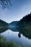 Hora azul sobre o lago vermelho em Romania Fotos de Stock