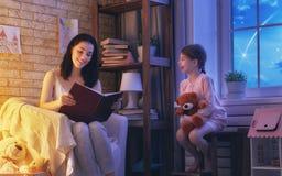 Hora de acostarse de la lectura de la familia Imagen de archivo