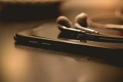 Hora de apagar de smartphone en fondo oscuro y de copiar el espacio Fotografía de archivo libre de regalías