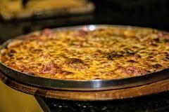 Hora de apreciar uma pizza suculenta Fotos de Stock