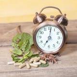 Hora de comer la medicina orgánica de la cápsula de la hierba Imagen de archivo libre de regalías