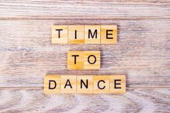 Hora de dançar o texto em cubos de madeira fotografia de stock royalty free