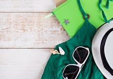 Hora de descansar cosas para descansar los vidrios, libreta, deslizadores, sombrero, túnica Descanse sobre el mar, en la playa Foto de archivo libre de regalías