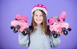 Hora de descansar o exercício da raça da menina adolescente Criança feliz com patins de rolo Bailarina pequena Saúde e energia da imagem de stock royalty free
