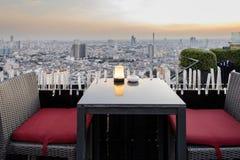 Hora de jantar crepuscular no terraço de um arranha-céus descoberto em Banguecoque, Tailândia fotografia de stock royalty free