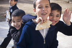 Hora de la almuerzo en la escuela musulmán en el montaje del templo Fotos de archivo libres de regalías