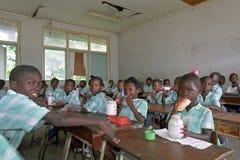 Hora de la almuerzo en la escuela primaria de Suriname Imágenes de archivo libres de regalías