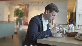 Hora de la almuerzo Hombre hermoso en un traje en un café metrajes