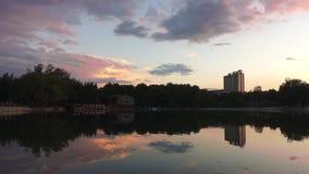 Hora de la puesta del sol en el lago almacen de metraje de vídeo