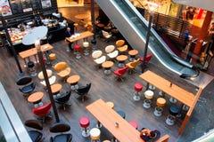 Hora de mañana dentro del café de la alameda de compras Imagen de archivo libre de regalías