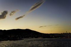 Hora de oro con la formación hermosa de la nube en los cielos azules anaranjados claros Imagen de archivo libre de regalías
