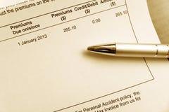 Pagar la cuenta de la prima de seguro Imágenes de archivo libres de regalías