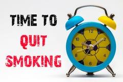 Hora de parar fumar em um fundo branco Despertador retro Foto de Stock
