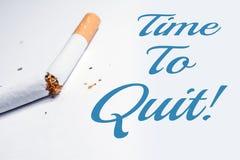 Hora de parar fumar o lembrete com o cigarro quebrado em Whitebox Imagem de Stock