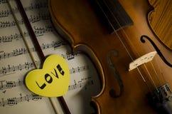 Hora de practicar el violín Fotos de archivo libres de regalías