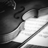 Hora de praticar o estilo preto e branco do tom da cor do violino Fotografia de Stock