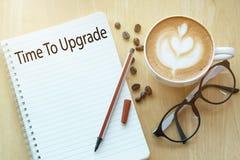 Hora de promover o conceito no caderno com o copo dos vidros, do lápis e de café na tabela de madeira Conceito do negócio fotos de stock