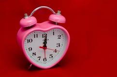 Hora de querer - el reloj de alarma de la tarjeta del día de San Valentín Fotografía de archivo