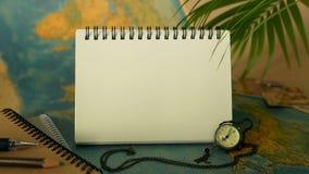 Hora de viajar conceito Tema tropical das férias com mapa do mundo e caderno Artigos da viagem com espaço da cópia video estoque