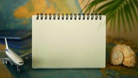 Hora de viajar conceito Tema tropical das férias com mapa do mundo, o passaporte azul e o plano Preparando-se para o feriado, via filme