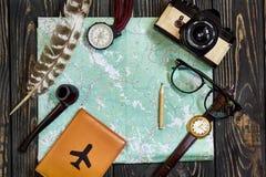 Hora de viajar concepto, endecha del plano del inconformista compás a del pasaporte del mapa Foto de archivo libre de regalías