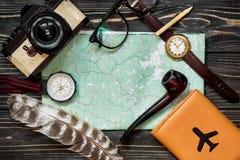 Hora de viajar concepto, endecha del plano del inconformista compás a del pasaporte del mapa Imágenes de archivo libres de regalías
